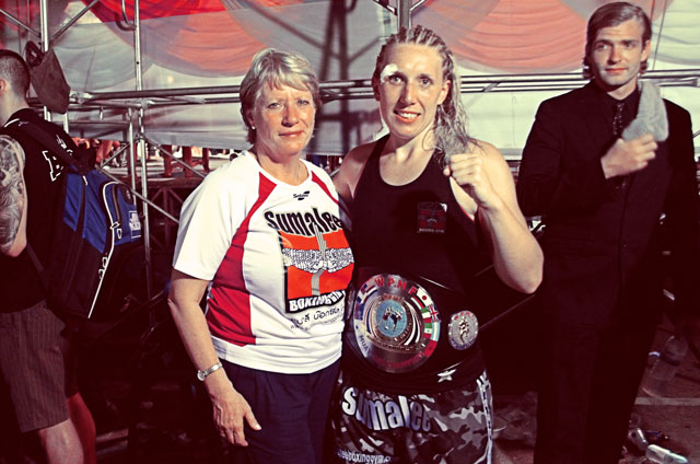 Lynne-Miller-with-sumalee-first-muay-thai-champion